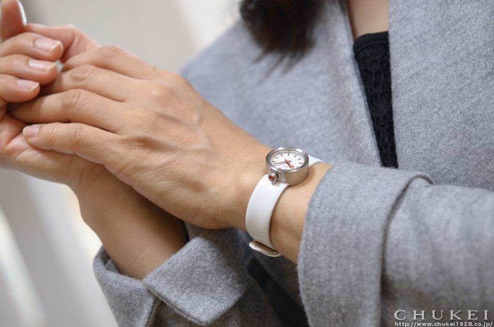 モンディーン アウラ コレクション ホワイト ストラップ着装