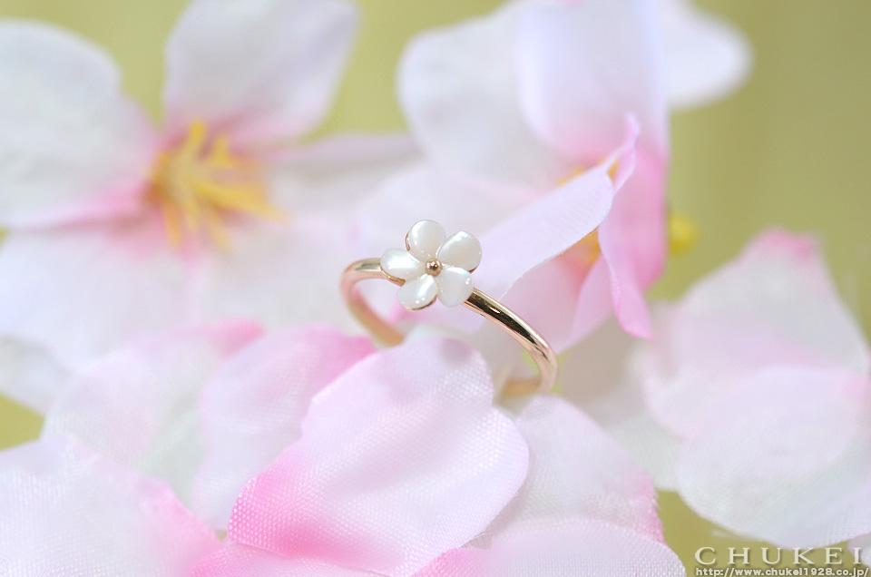 ピンクゴールドにピンクシェルでお花をおメージしたリング。