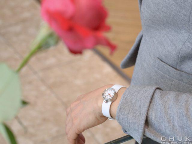 モンディーン アウラ ホワイト  ストラップで着装03